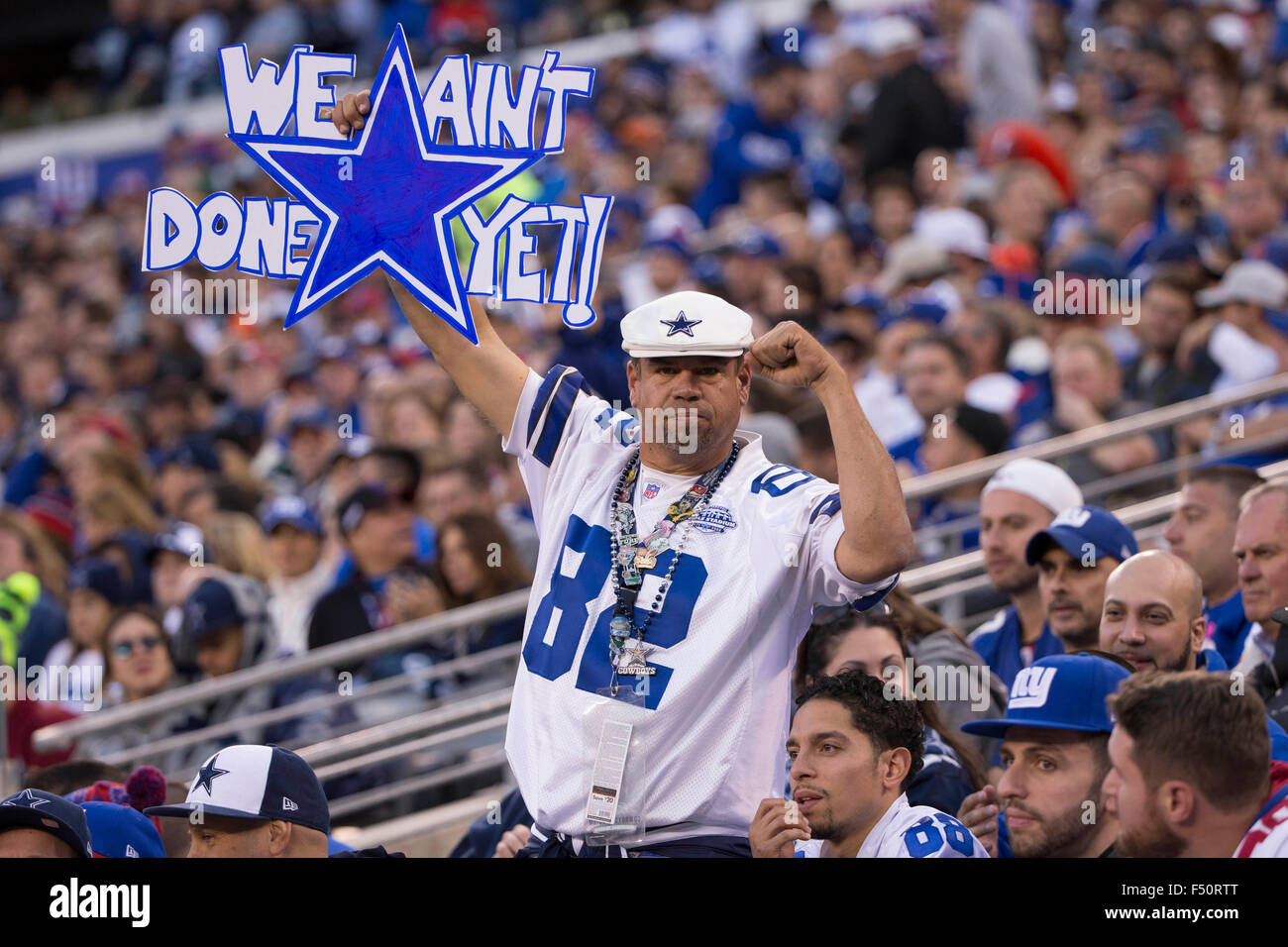 East Rutherford, New Jersey, USA. 25th Oct, 2015. Dallas Cowboys fan cheers his team on with a sign during the NFL - Stock Image