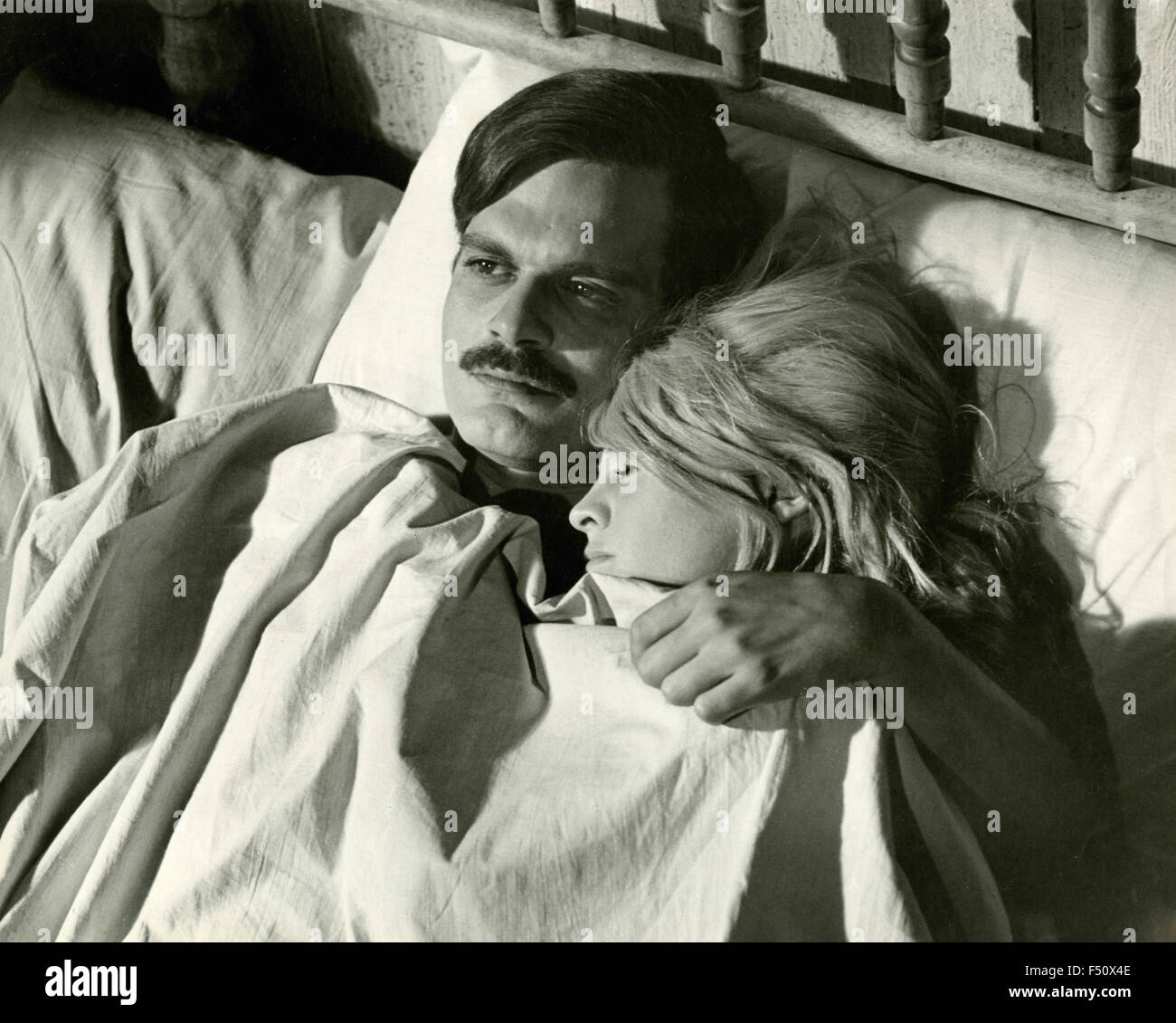 The actors Omar Sharif and Julie Christie in a scene from the movie 'Doctor Zhivago', USA - Stock Image