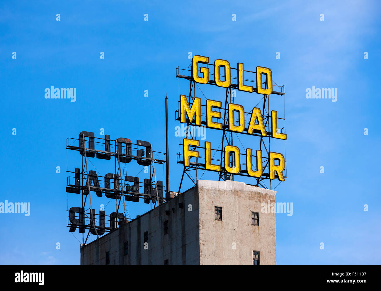 Minneapolis Minnesota skyline landmark: The Gold Medal Flour neon sign on top of the Mill City Museum building. - Stock Image