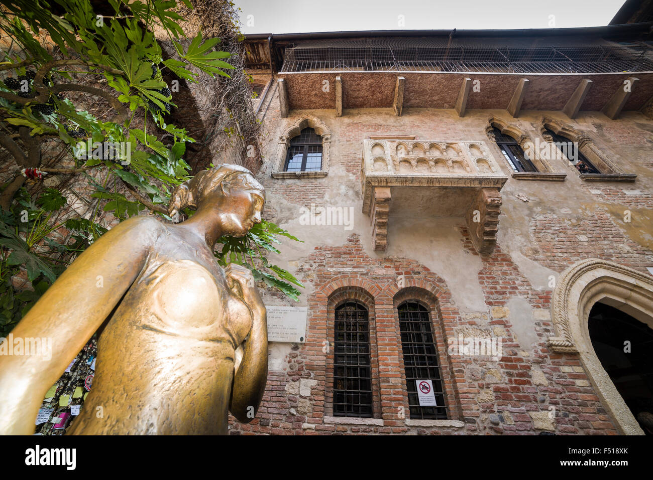 The brass statue of Juliet in the backyard of Juliets house with the famous balcony - Stock Image