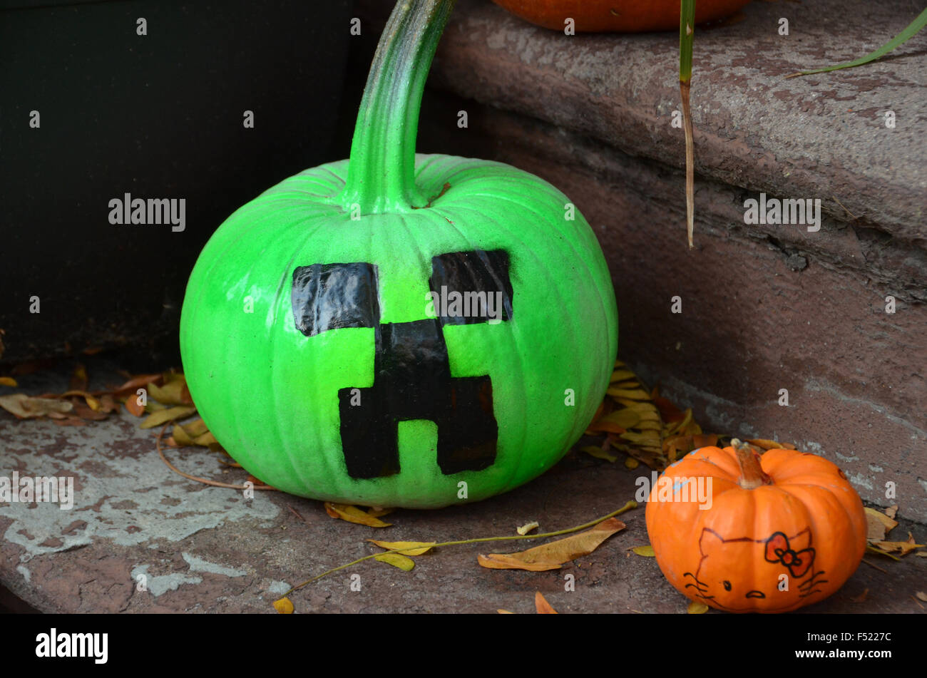 halloween decorations brooklyn park slope new york pumpkins for sale outside shop - Stock Image
