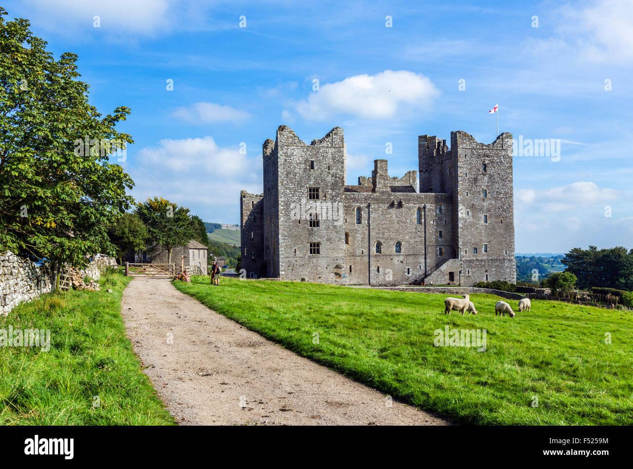 Walkers resting near Bolton Castle, Castle Bolton, Wensleydale, Yorkshire Dales, North Yorkshire, England, UK Stock Photo