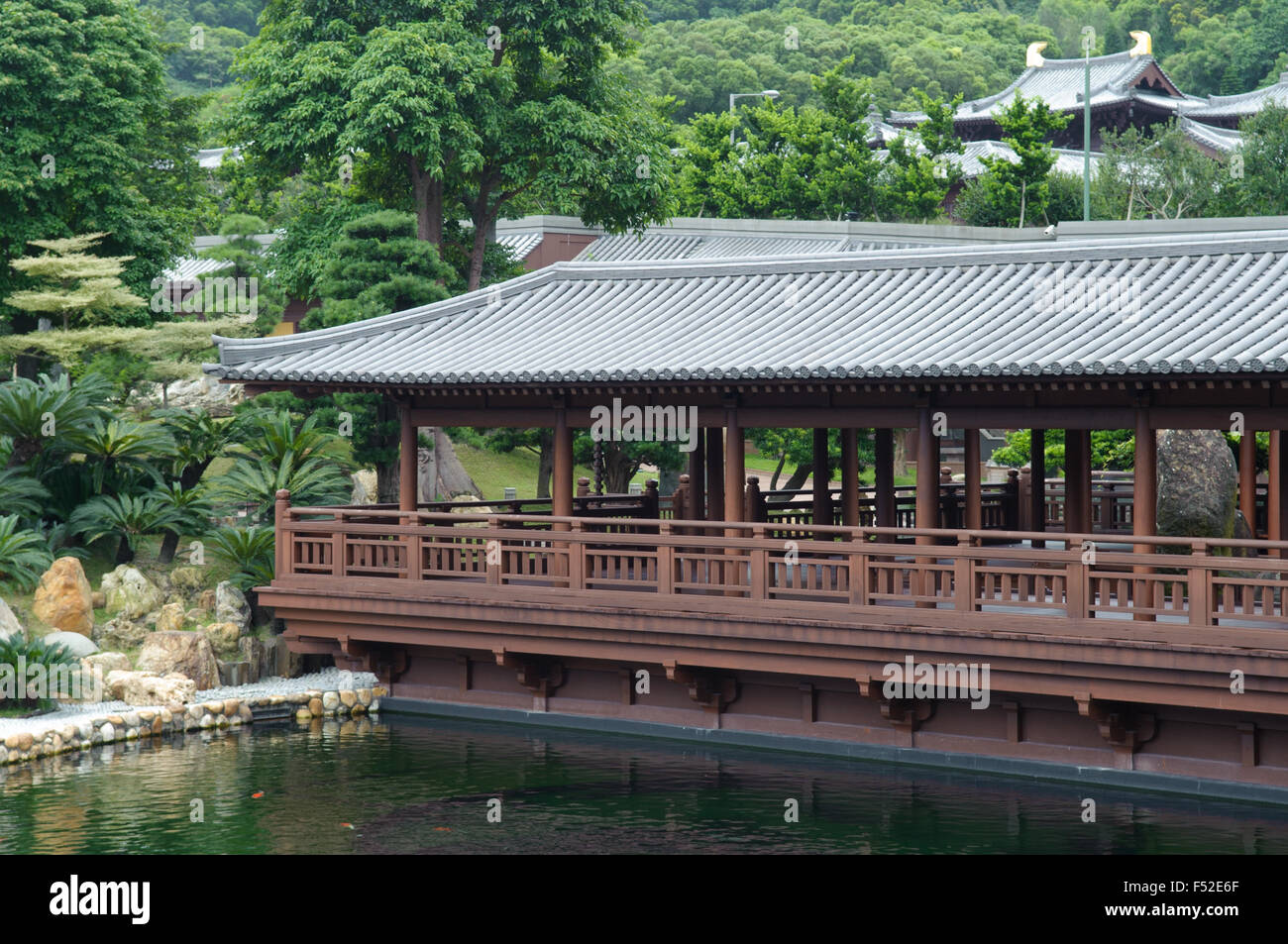 Song Cha Zie building overlooking blue pond, in Nan Lin Garden, Kowloon, Hong Kong - Stock Image