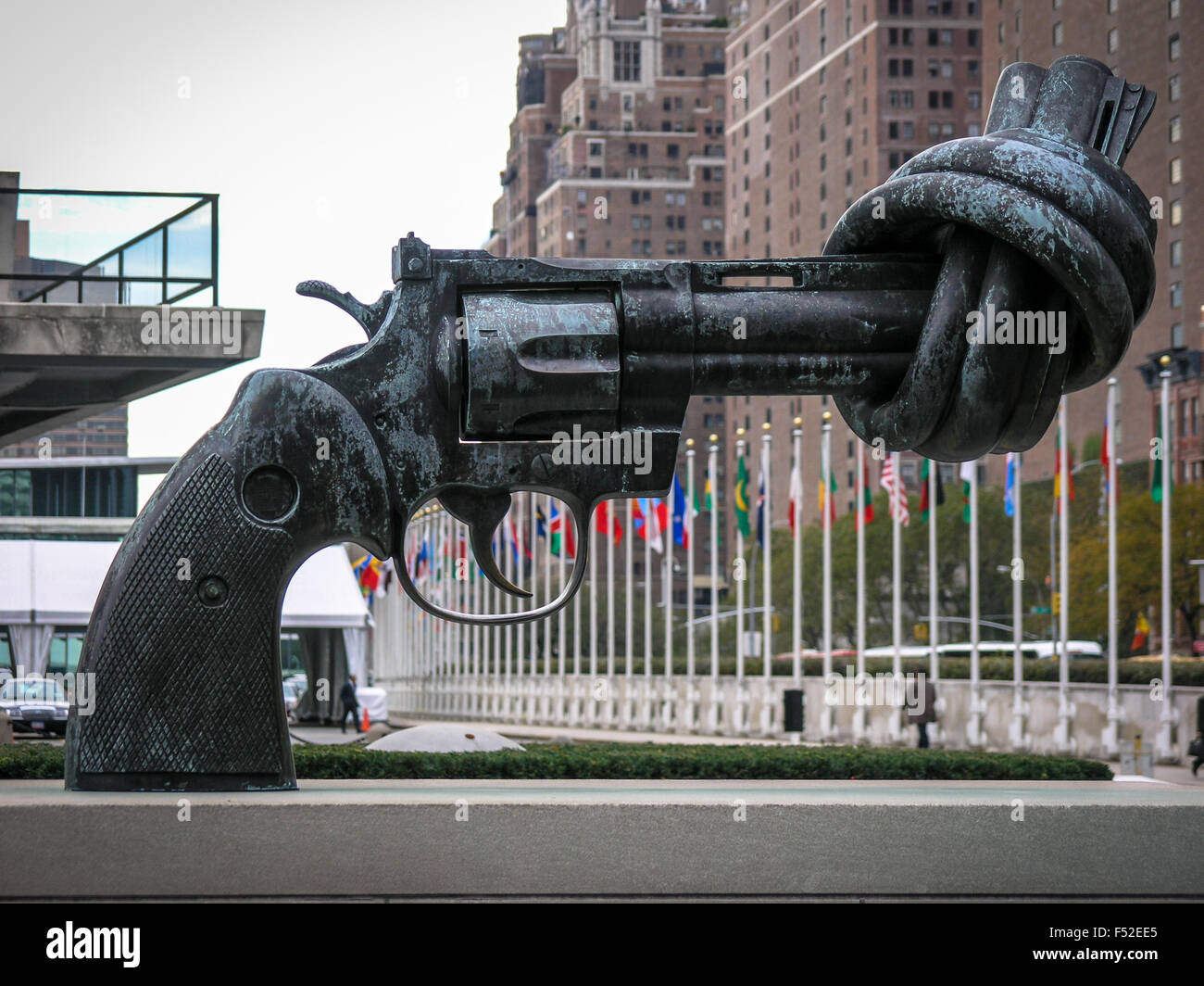 Knotted Gun sculpture in front of the United Nations Building, New York, USA Stock Photo
