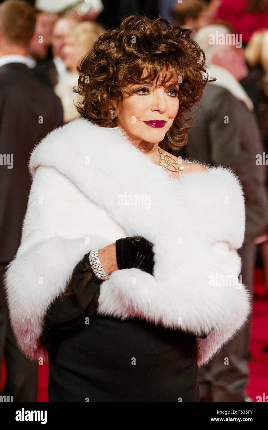 London, UK. 26th Oct, 2015. Joan Collins arrives on the red carpet for the The CBTF Royal Film Performance 2015: - Stock Image