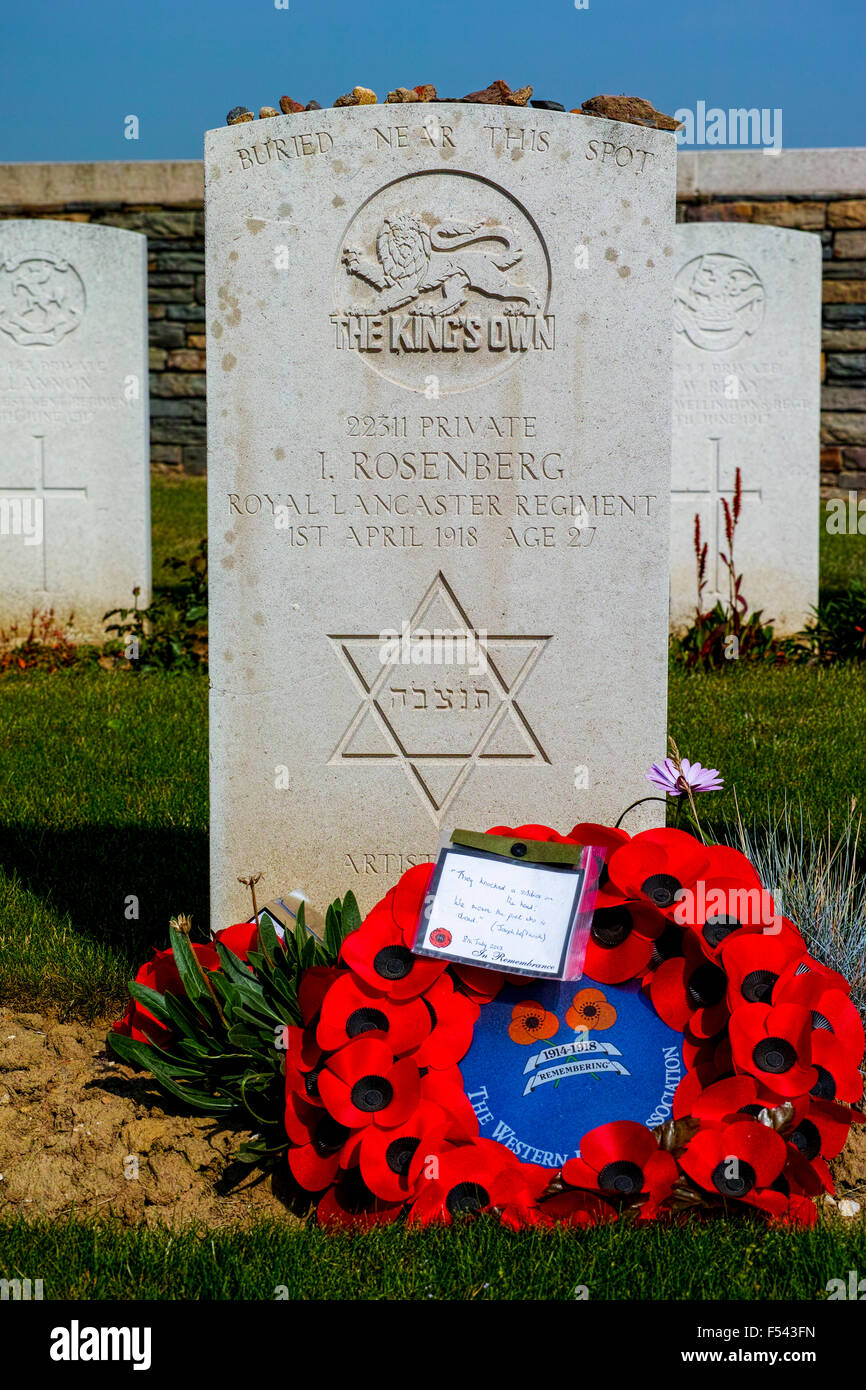 Grave and headstone of Isaac Rosenberg, a leading first world war poet died near Arras on April 1st 1918 - Stock Image