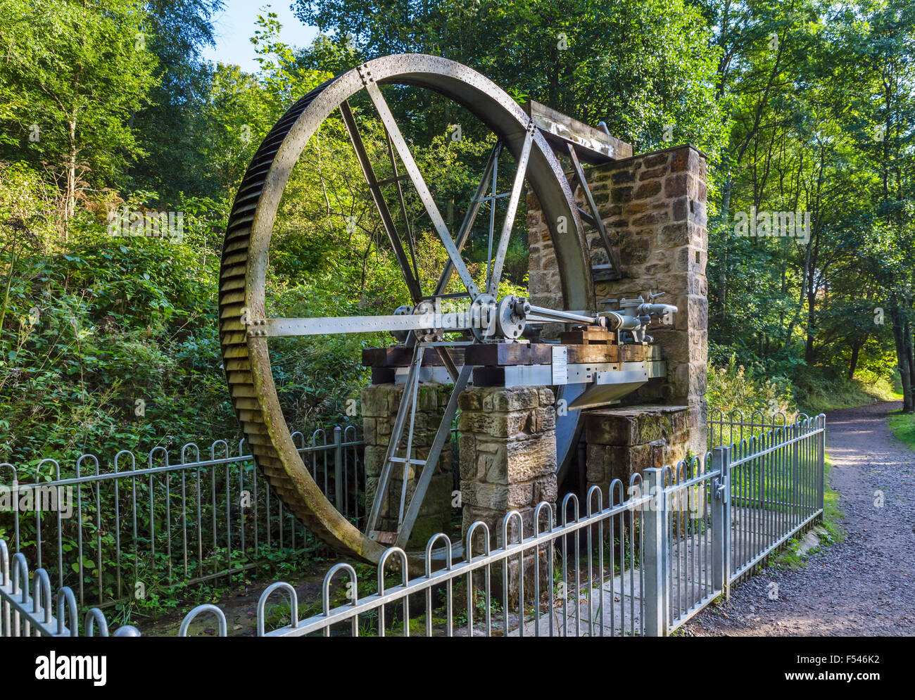 Water wheel by the side of the trail to the Power House at Cragside, Rothbury, Northumberland, England, UK - Stock Image