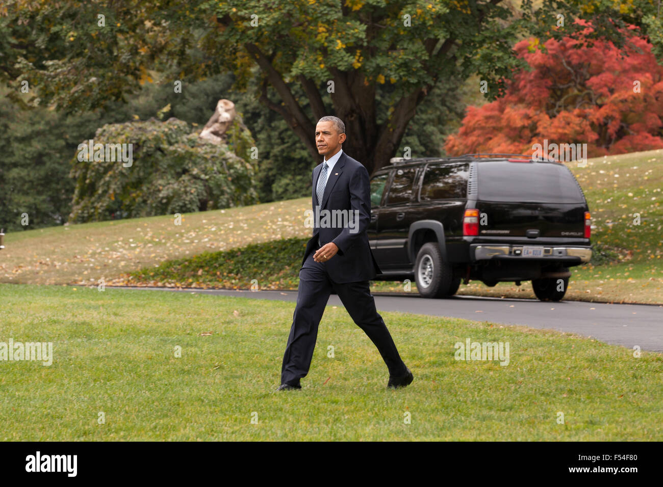 Washington, DC, USA. 27th October, 2015. President Obama boarding Marine One helicopter  on the South Lawn of the - Stock Image