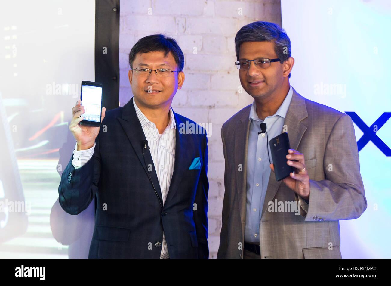 (151027) -- TORONTO, Oct. 27, 2015 (Xinhua) -- Raj Doshi (R), executive vice president of Canadian Wireless Consumer Stock Photo