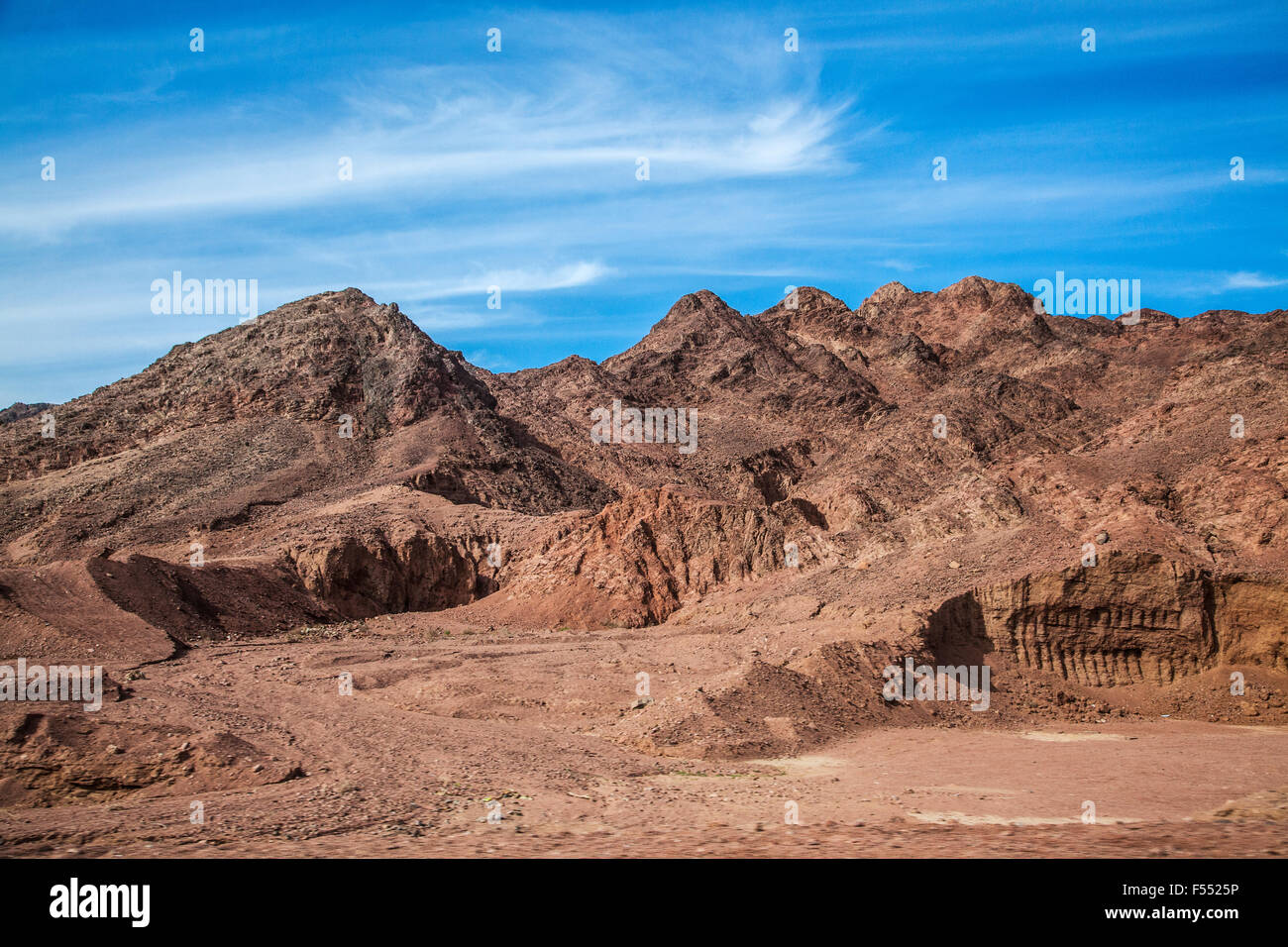The desert landscape of the Sinai Peninsula on the road from Cairo to Dahab in Egypt. - Stock Image