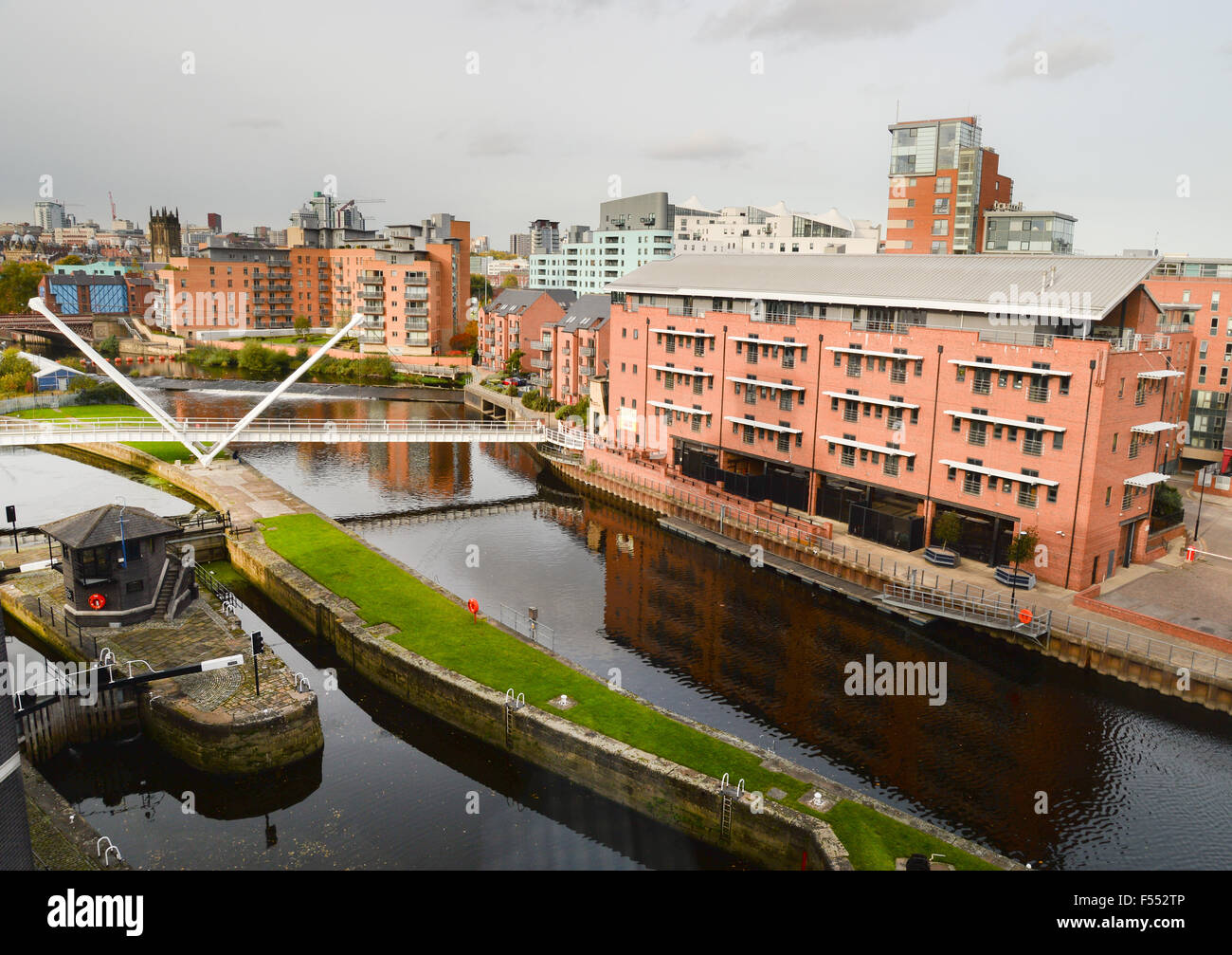 The River Aire and lock which allows access to Leeds Dock - Stock Image