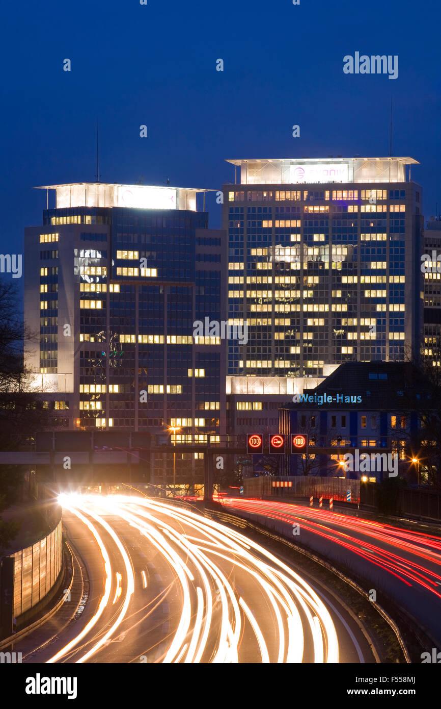 DEU, Deutschland, Nordrhein-Westfalen, Ruhrgebiet, Essen, die Autobahn A 40, Blick zu den Gebaeuden der Evonik Industries - Stock Image