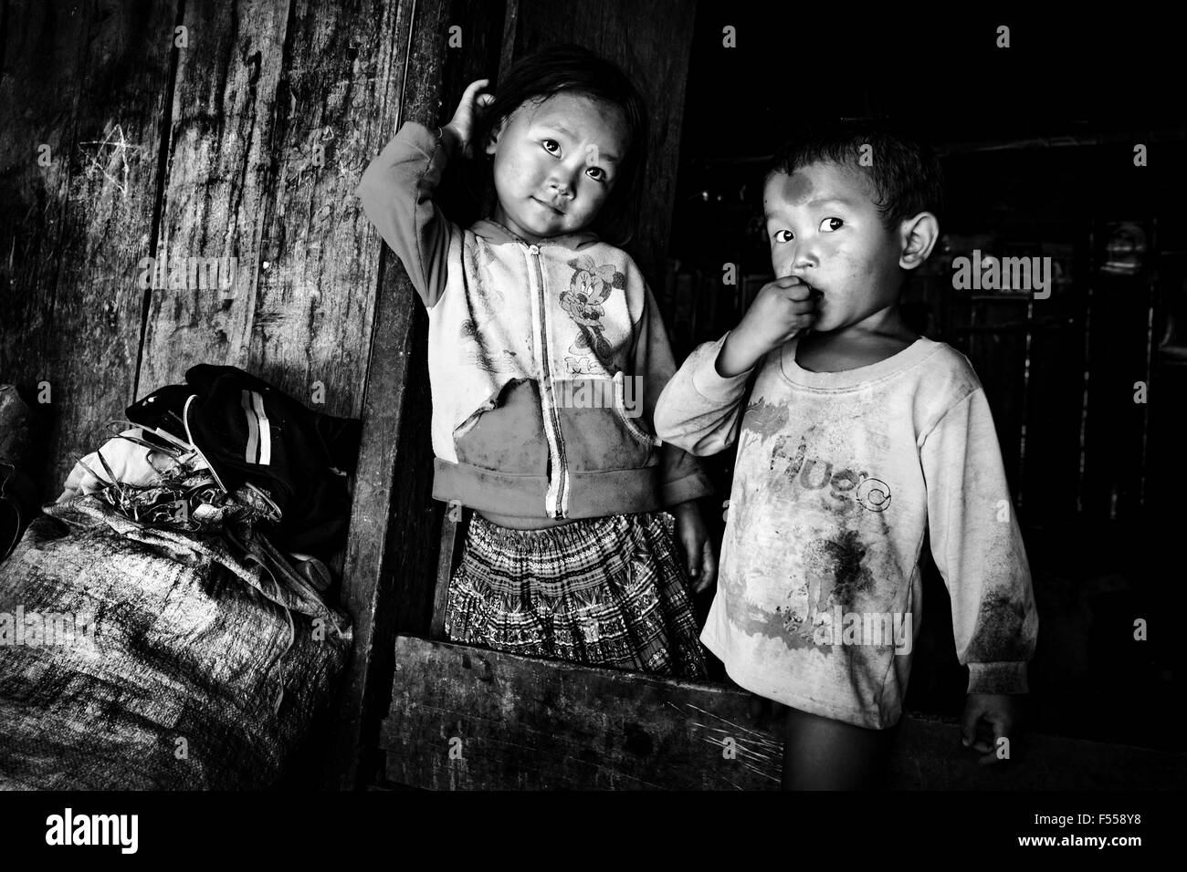 A brother and sister of the Hmong tribe outside their home in the Muong Hoa Valley, Lào Cai Provence, North - Stock Image