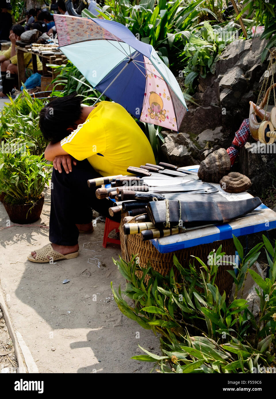 A man sells knives on the streets of Sapa, Lào Cai Provence, North West Vietnam. - Stock Image