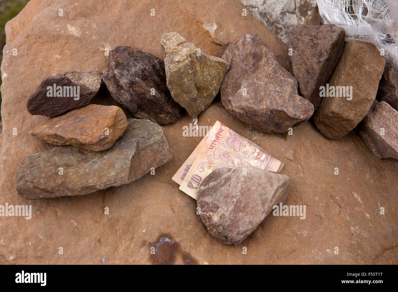 India, Himachal Pradesh, Spiti, Chandra Taal, Full Moon Lake, stones, grains of rice and 10 rupee note left as Buddhist - Stock Image