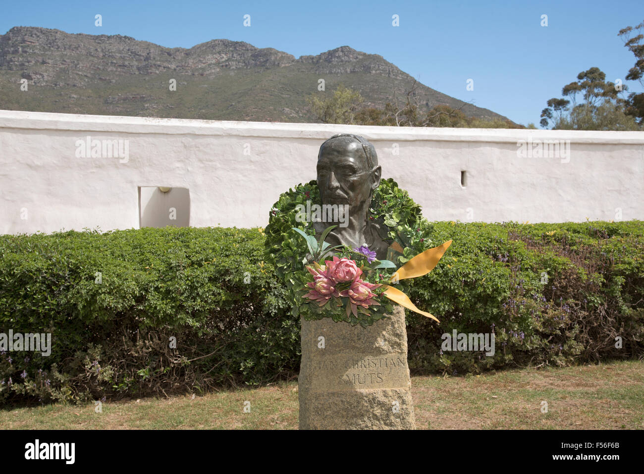 Sculpture of Jan Christian Smuts decorated with a Protea wreath at Smuts Cottage his birthplace in Riebeeck West - Stock Image