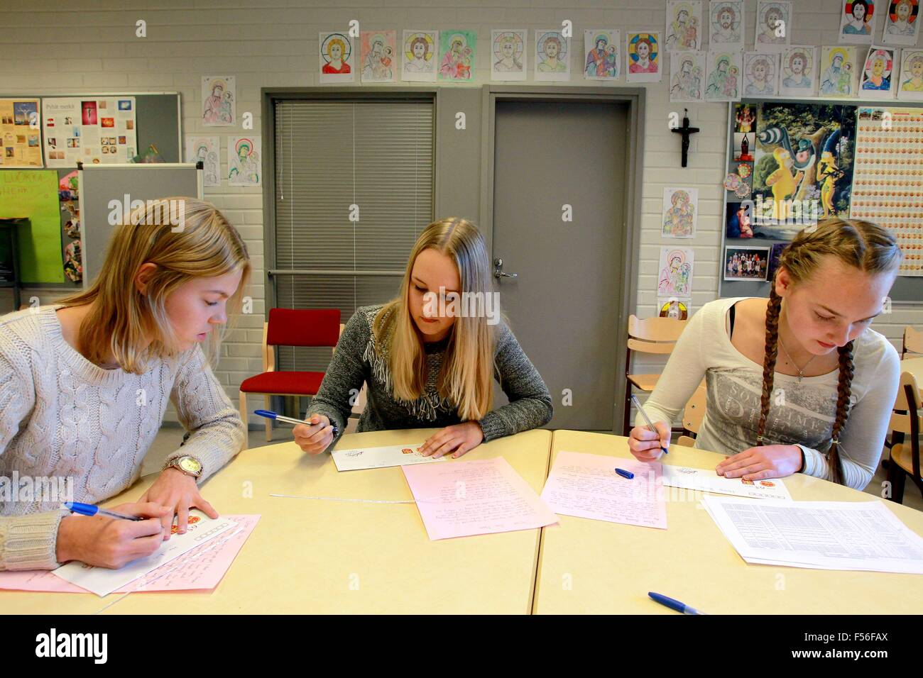 Tampere, Finland. 28th Oct, 2015. Students from the Normal School of Tampere University write letters to their Chinese Stock Photo