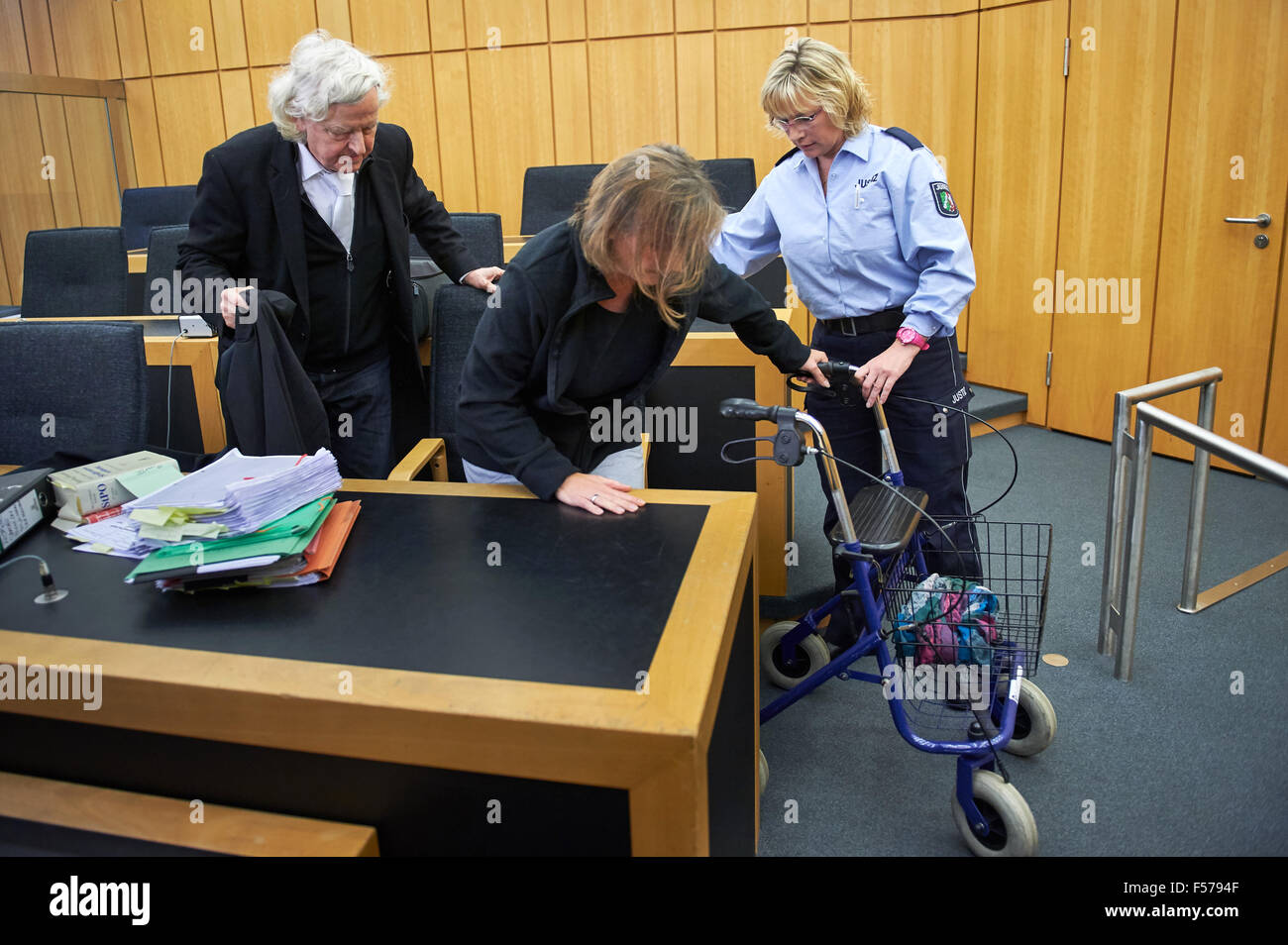 Muenster, Germany. 29th Oct, 2015. The defendant Katja R takes a seat in the dock with support from a walker and - Stock Image