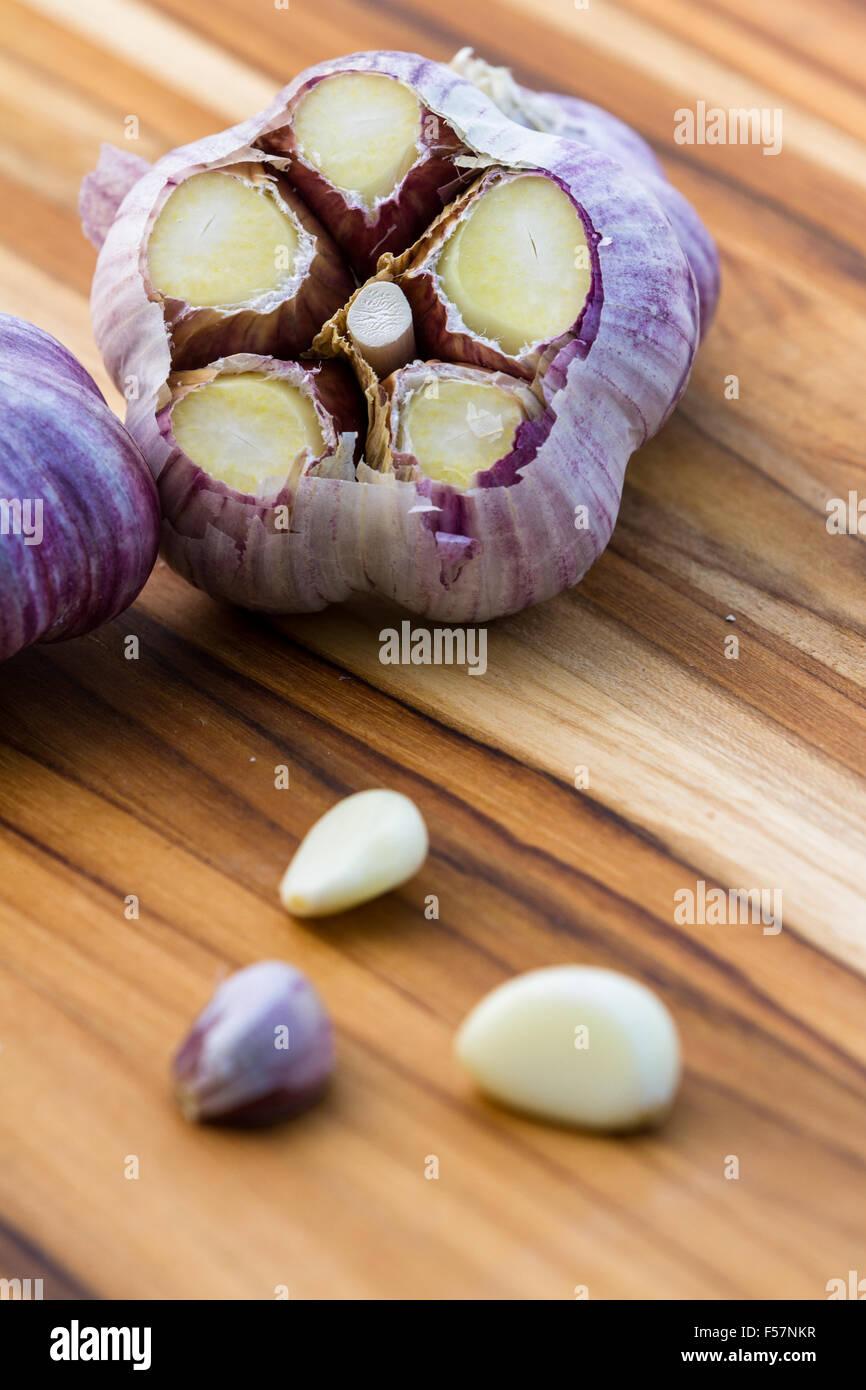 close up of garden fresh raw garlic on a wooden cutting board Stock ...