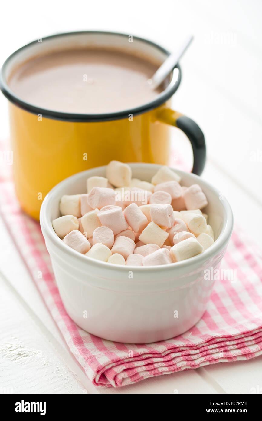 mini marshmallows and cocoa drink on napkin - Stock Image