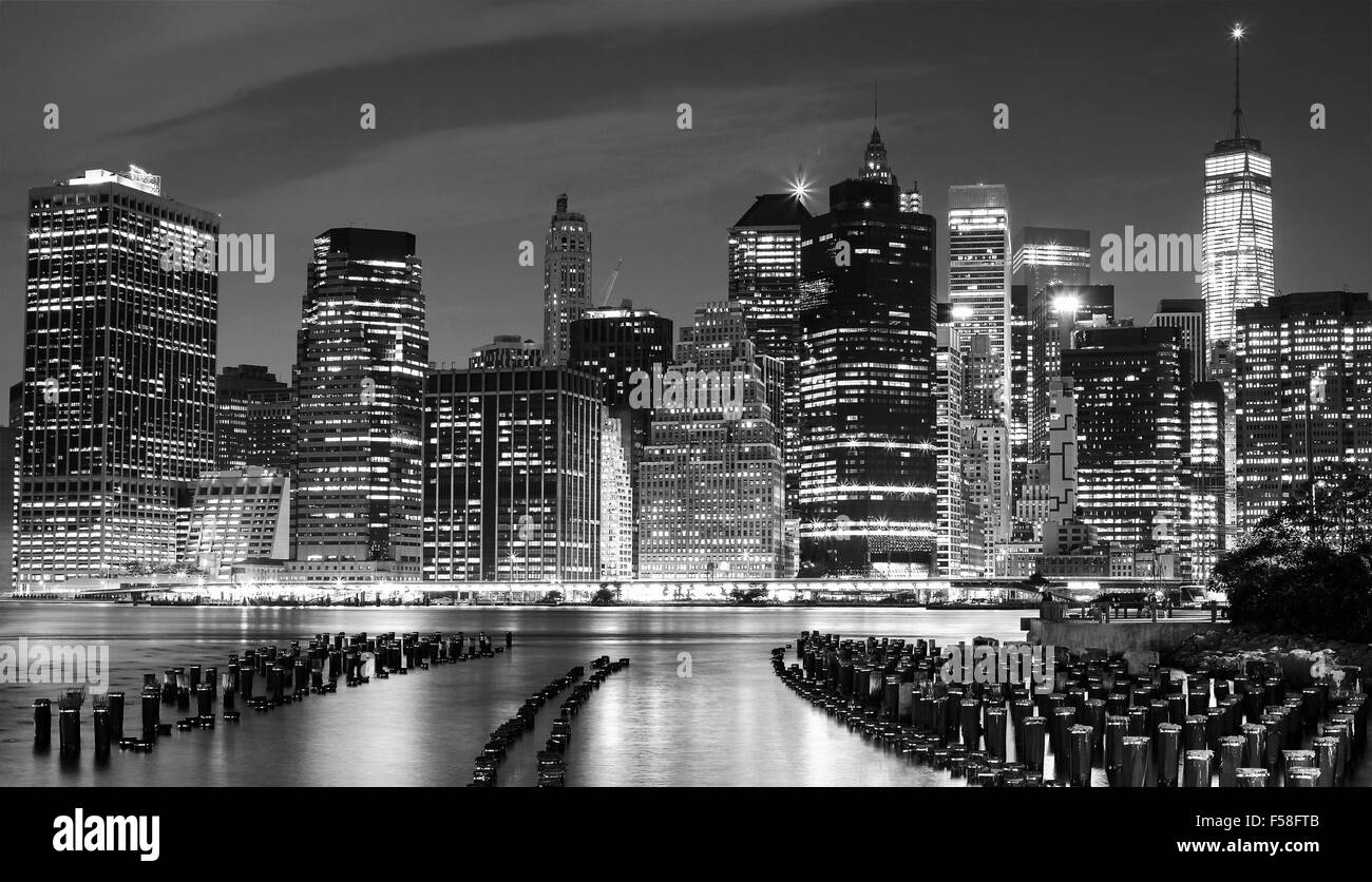 Black and white photo of Manhattan waterfront at night, New York City, USA. - Stock Image