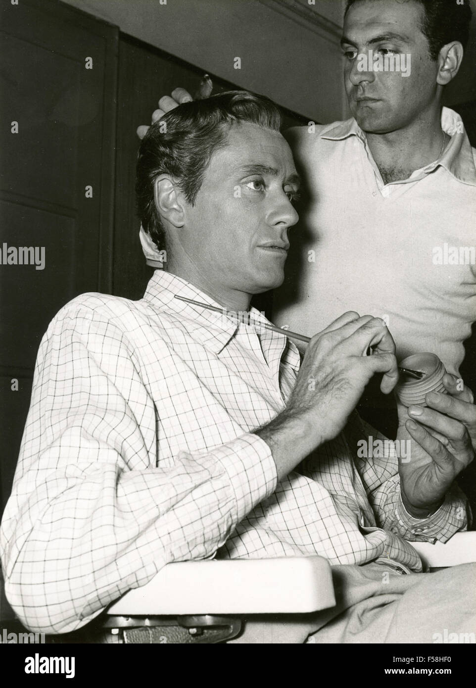 The actor Leslie Howard doing make up - Stock Image
