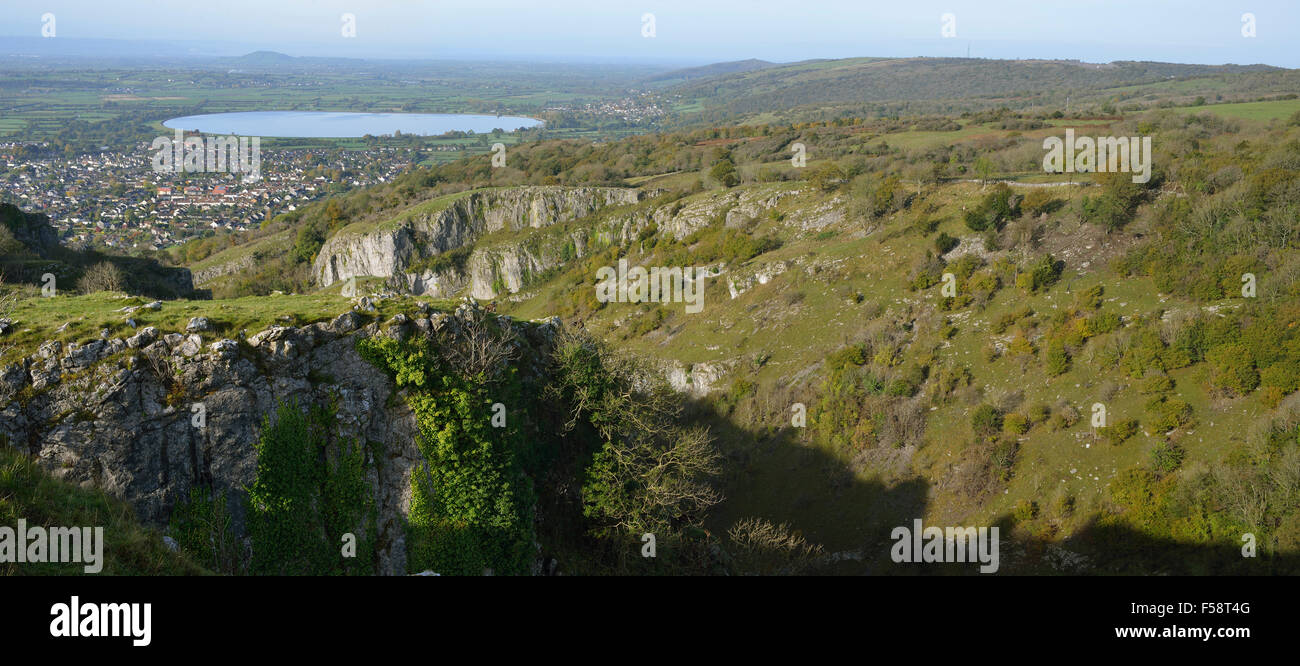 Cheddar Reservoir viewed from Cheddar Cliffs, with Brent Knoll & Crook Peak in the distance - Stock Image