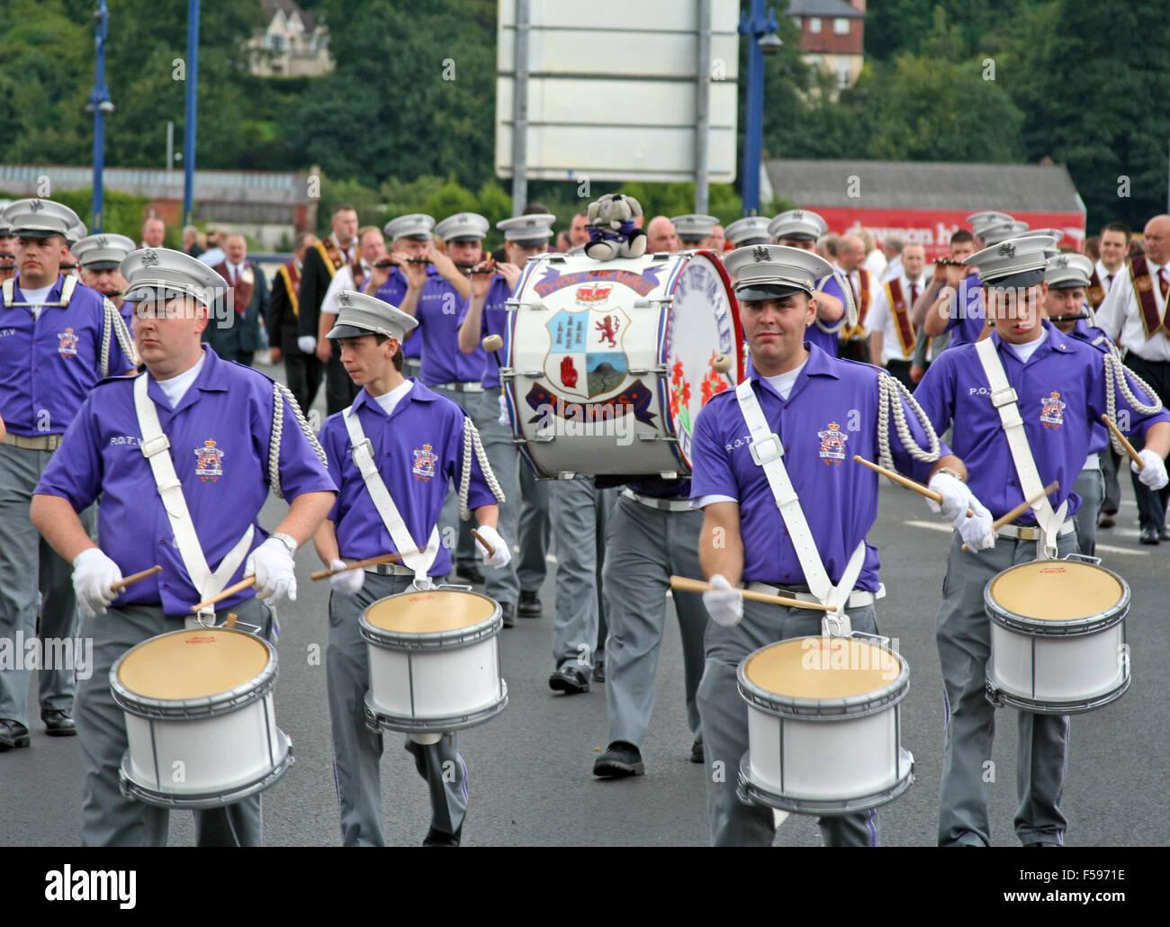 Loyalist Flute band crossing Craigavon bridge in Derry. - Stock Image