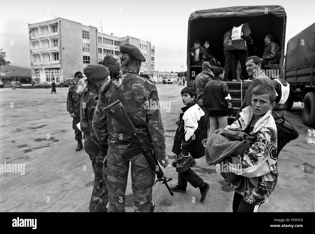 war in ex Yugoslavia, fugitive from Kosovo comes transported by the Dutch army to the gathering camps april 1999 Stock Photo