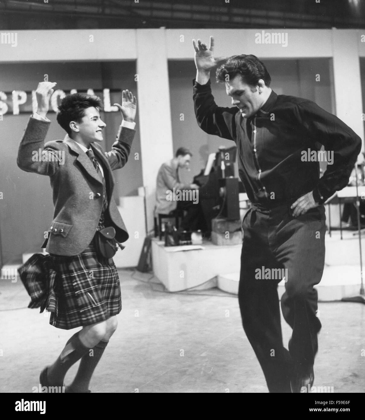 SIX-FIVE SPECIAL  - BBC pop music programme in 1957. Compare Freddie Mills dances with Scottish singer Jackie Dennis - Stock Image