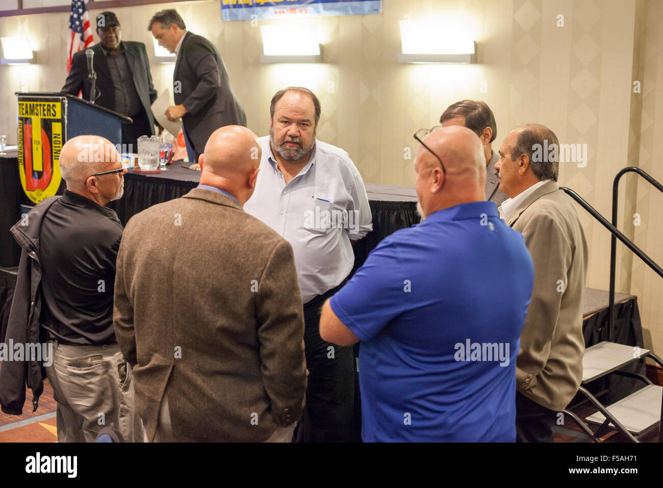 Cleveland, Ohio - Tim Sylvester (center), candidate for president of the Teamsters Union, talks with union members. - Stock Image