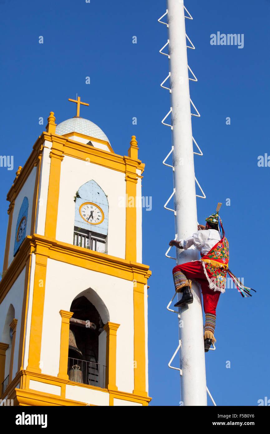 A volador or flyer climbs up the post previous to an Totonac ritual performed  in Papantla, Veracruz, Mexico. - Stock Image