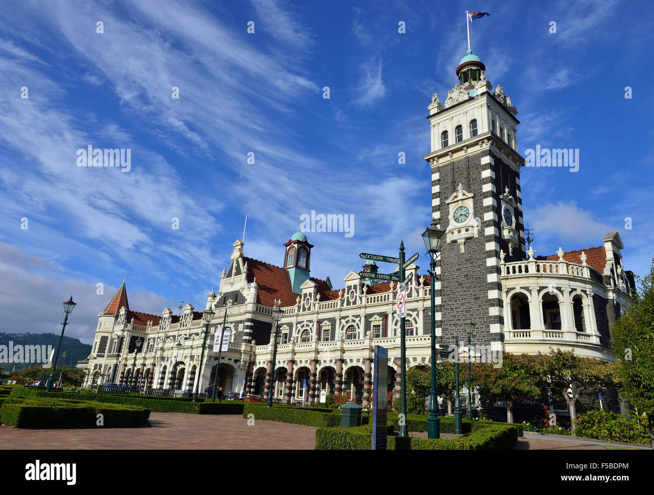 Anzac Square and Dunedin's iconic  Railway Station designed  In an eclectic, revived Flemish renaissance style - Stock Image
