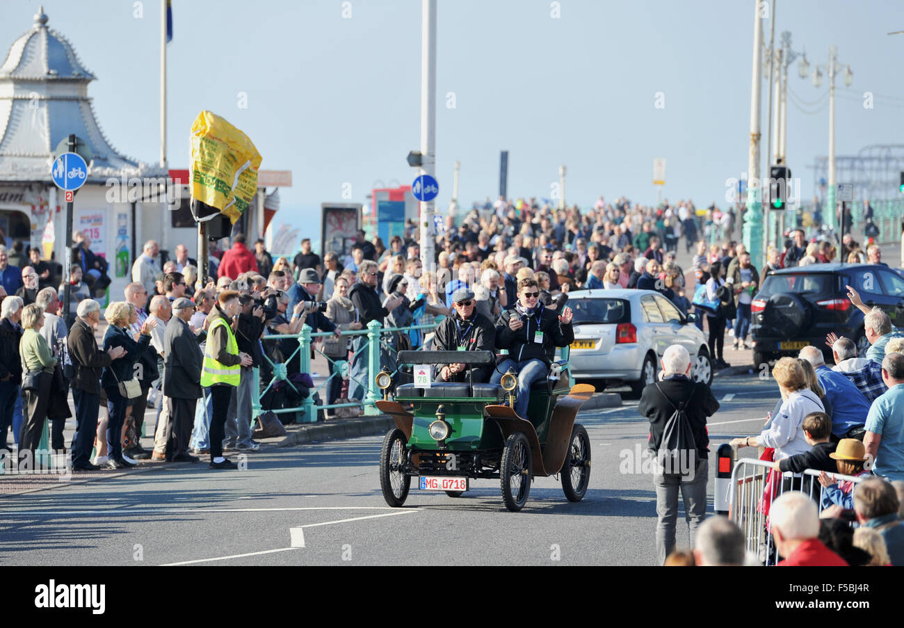 Brighton, Sussex, UK. 1st November, 2015. A 1901 De Dion Bouton reaches Brighton seafront as it nears the finish - Stock Image