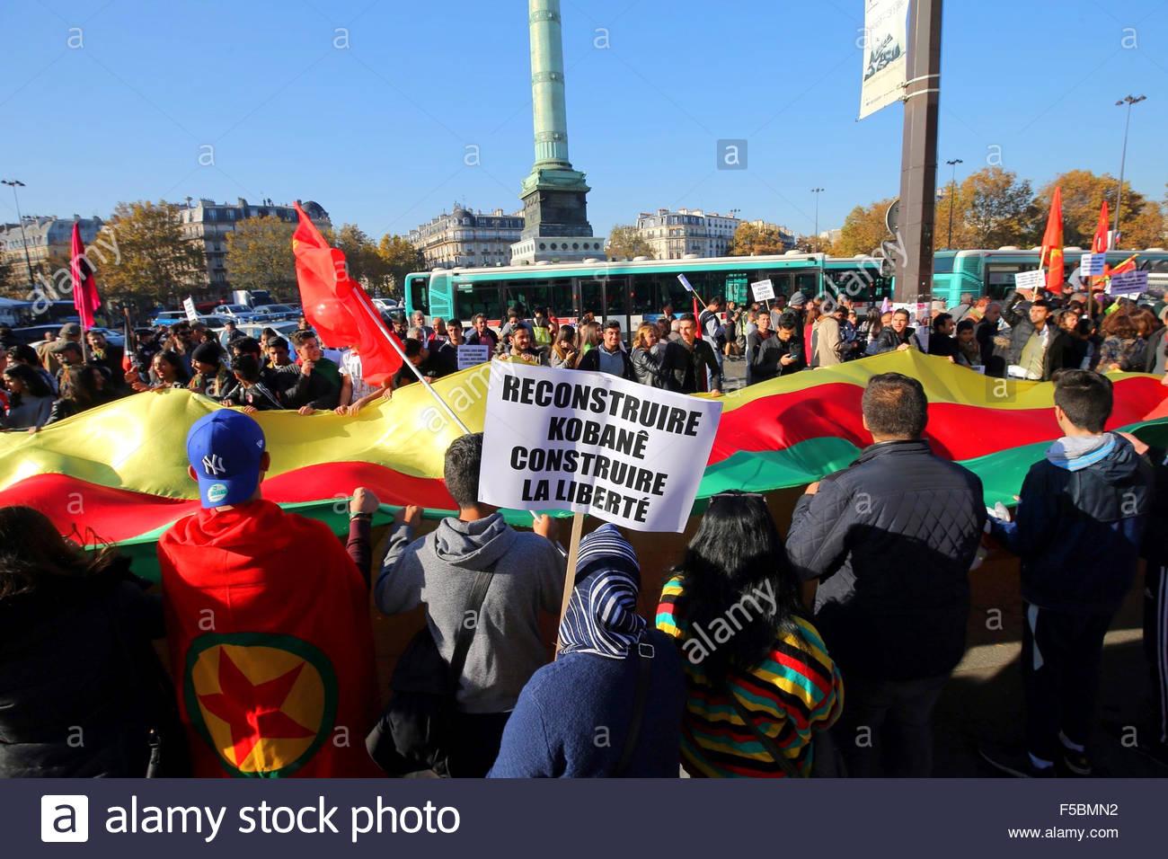 Paris, France. novembre 1st, 2015. FRANCE, Paris: A woman holds a banner reading Rebuild Kobane, Build freedom during - Stock Image
