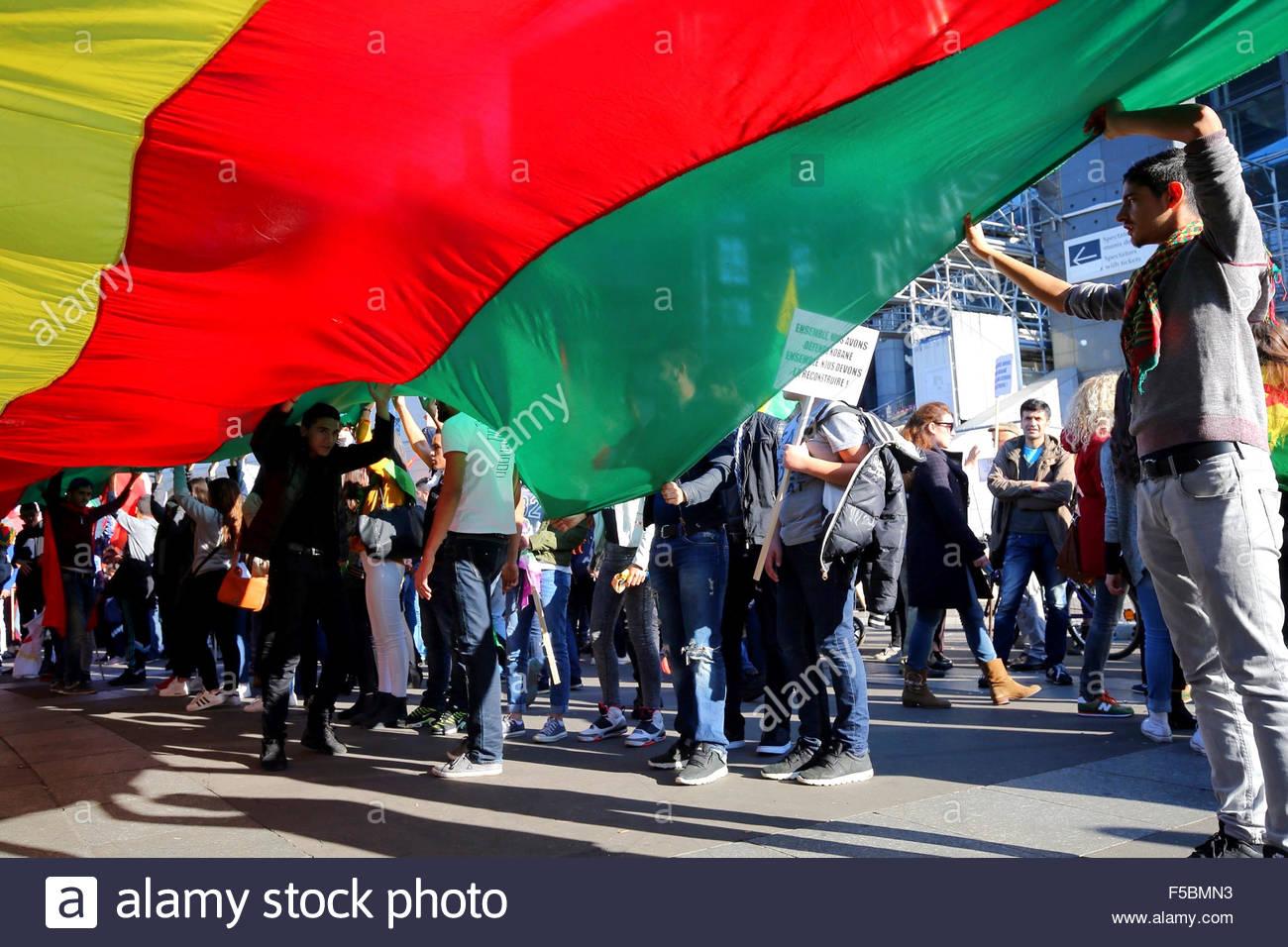 Paris, France. novembre 1st, 2015. FRANCE, Paris: People hold the kurdish flag during a pro kurdish demonstration - Stock Image