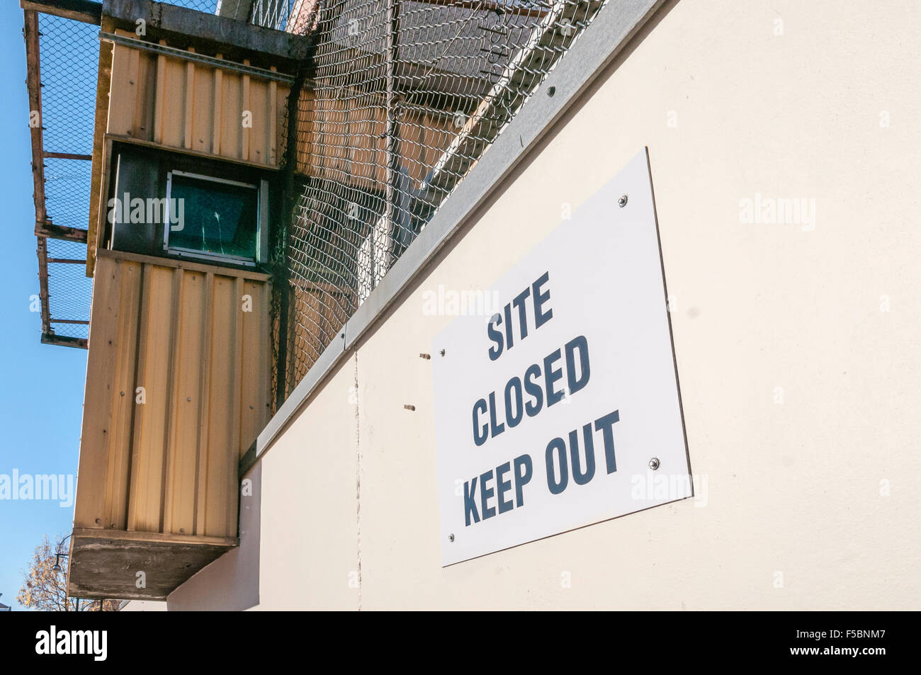 Sign saying 'Site Closed. Keep Out' at a former PSNI police station in Northern Ireland. - Stock Image