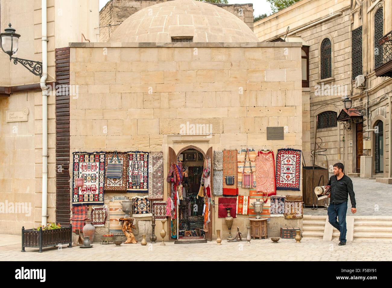 Curio shop in the Old Town (İcheri Sheher) in Baku, capital of Azerbaijan. - Stock Image