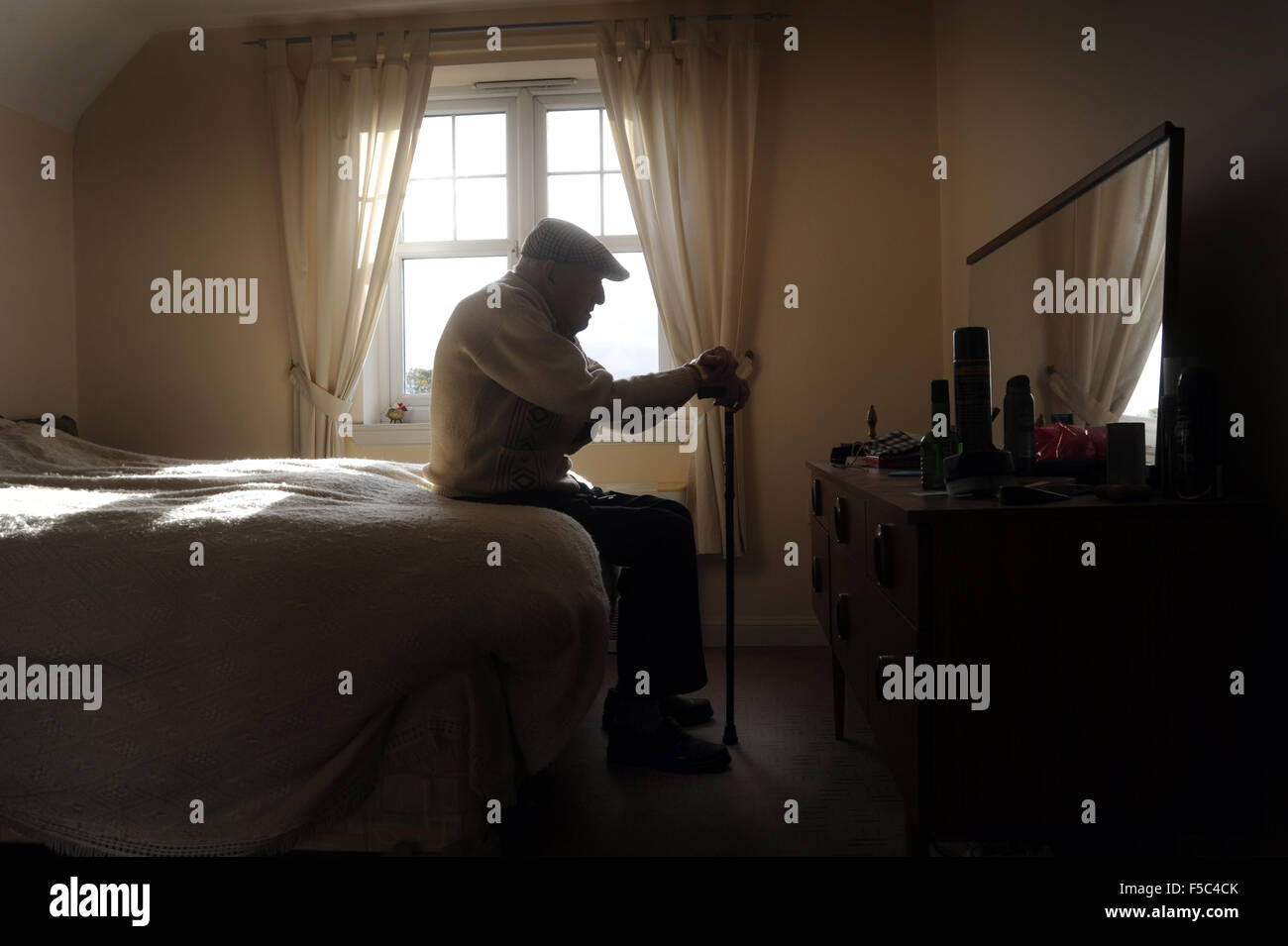 ELDERLY MAN WITH WALKING STICK RE OLD AGE LONELINESS PENSIONERS RETIREMENT CARE WORKERS HOME PEOPLES DEPRESSION - Stock Image