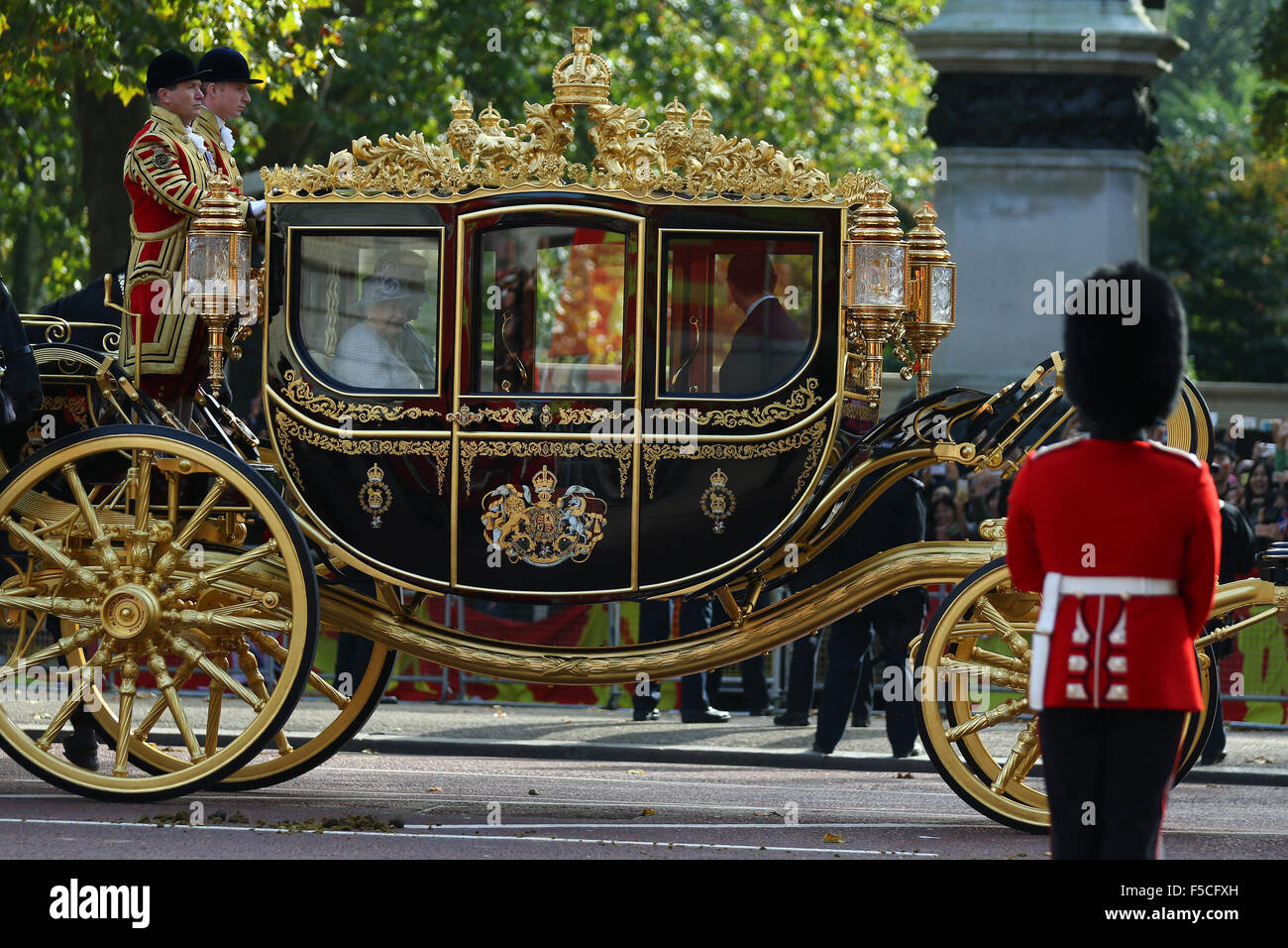 London, UK, 20th Oct 2015: Queen Elizabeth and Xi Jinping in the Royal carriage on The Mall for the Chinese President - Stock Image