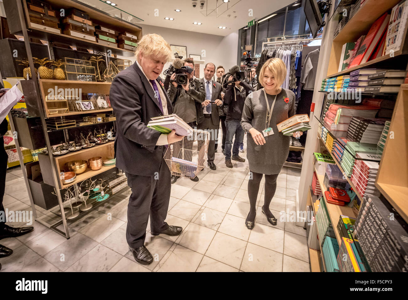 London, UK. 2nd November, 2015. Mayor Boris Johnson helps to serve customers and meets staff who are paid the Living - Stock Image