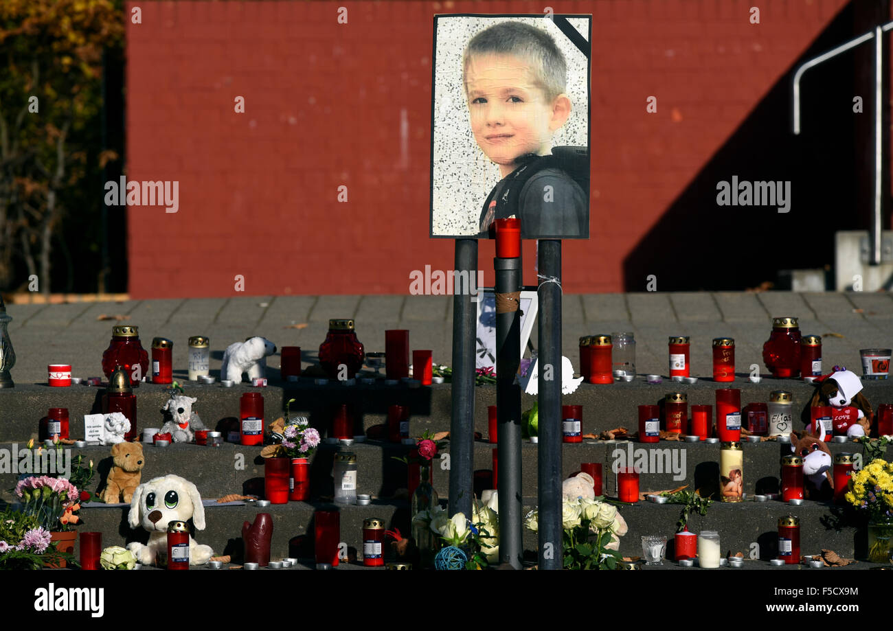 Potsdam, Germany. 02nd Nov, 2015. A picture, stuffed animals, and candles, placed in memory of the murdered boy - Stock Image
