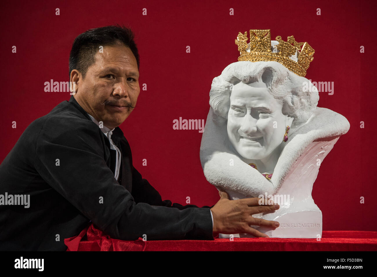 London, UK. 02nd Nov, 2015. Chen Dapeng unveils a new bust of Her Majesty Queen Elizabeth II, which he has executed Stock Photo