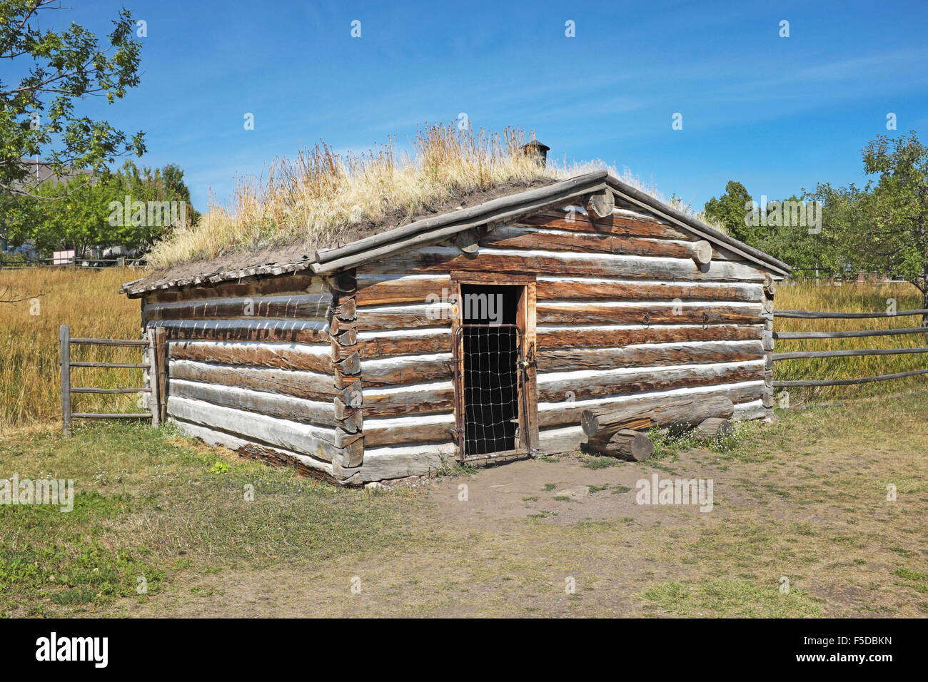 A sod-roofed storage shed on the farm of the William Tinsley Family, who lived on a 160 acre homestead on Oak Creek - Stock Image