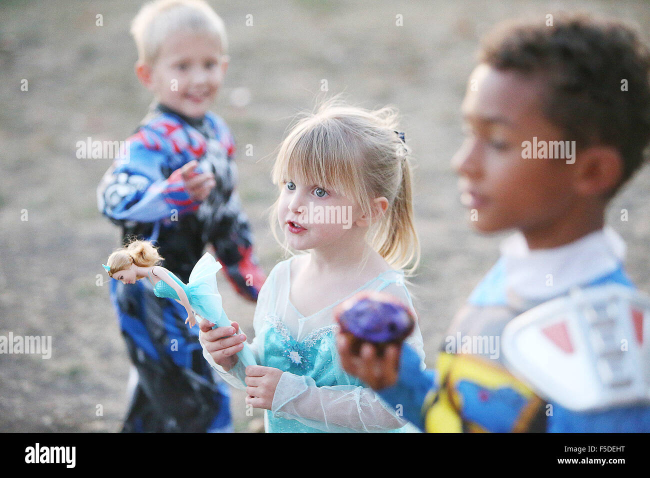 Napa, CA, USA. 29th Oct, 2015. Dressed as Elsa from Disney's Frozen, Phoebe DeCrevel carries a doll of the same - Stock Image