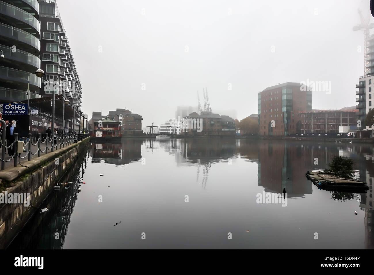 London, England. 2nd November, 2015. The dense fog around Millwall Inner Dock in the morning. - Stock Image