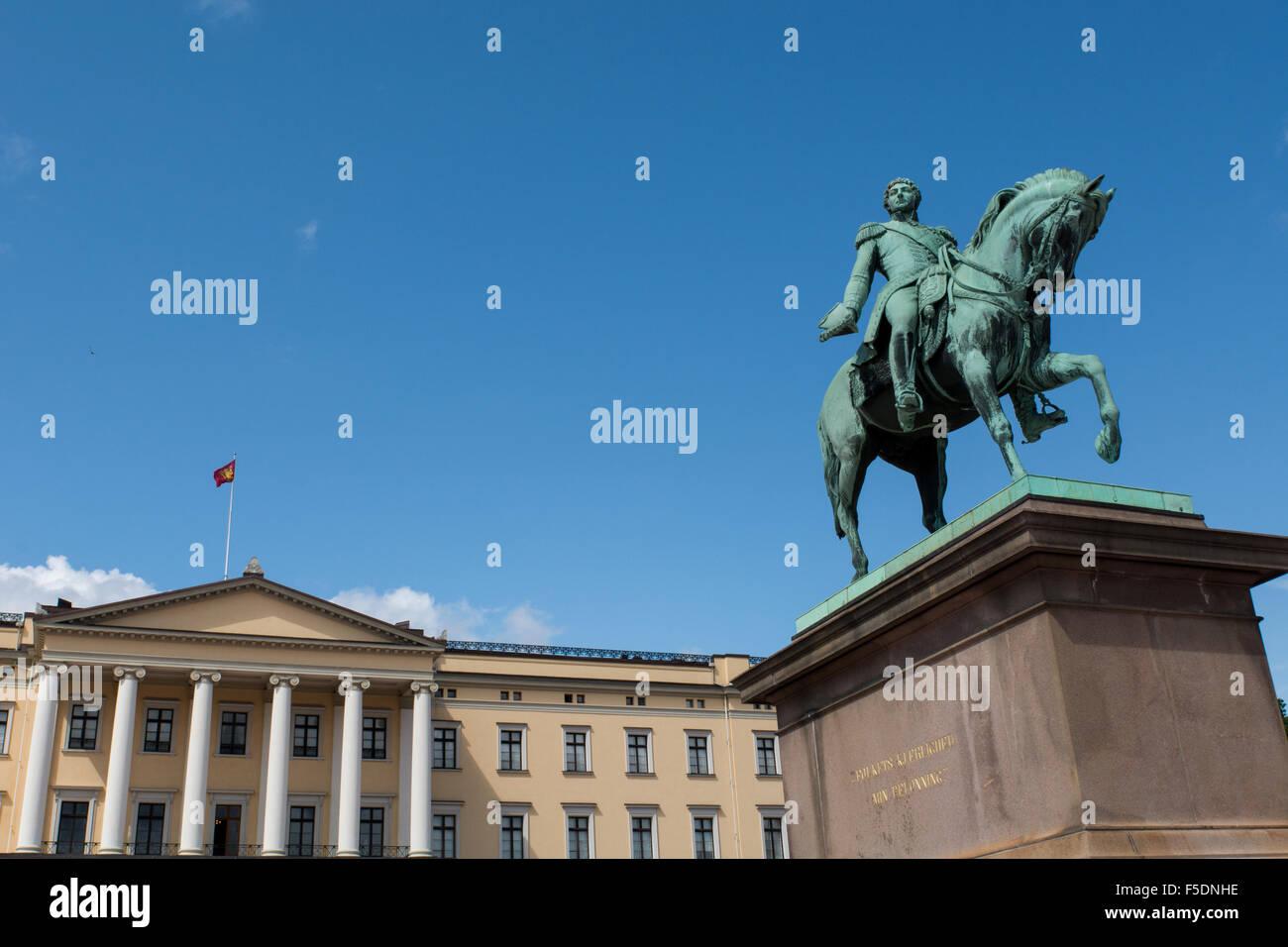 Norway, Oslo, Royal Palace (Det Kongelige Slott), 173 room Royal residence, circa 1824-1848. Equestrian statue of Stock Photo