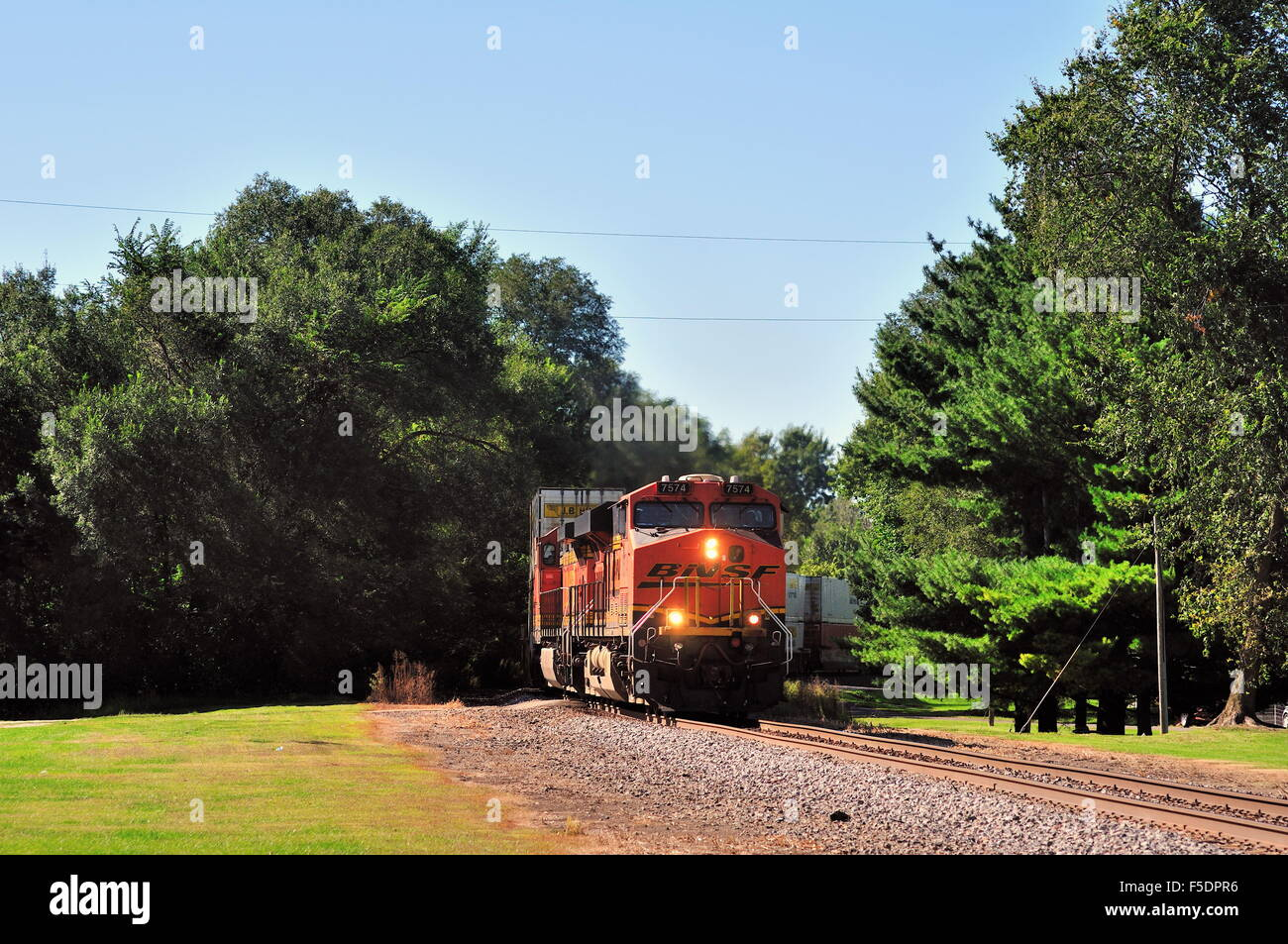 A Burlington Northern Santa Fe freight train as it rumbles through a curve in Steward, Illinois on its way to Chicago. - Stock Image