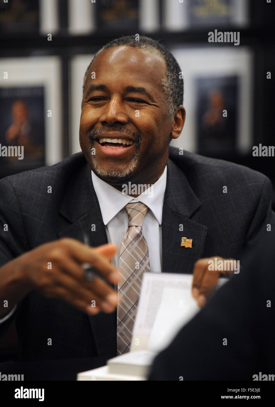 Kissimmee, Florida, USA. 02nd Nov, 2015. Republican presidential candidate Dr. Ben Carson signs copies of his new - Stock Image