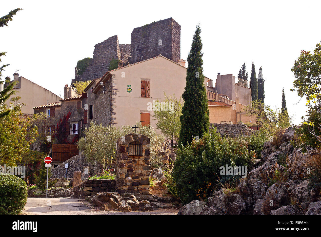 The village and chateau at Evenos - Stock Image